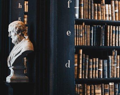 Bibliothek mit alten Werken