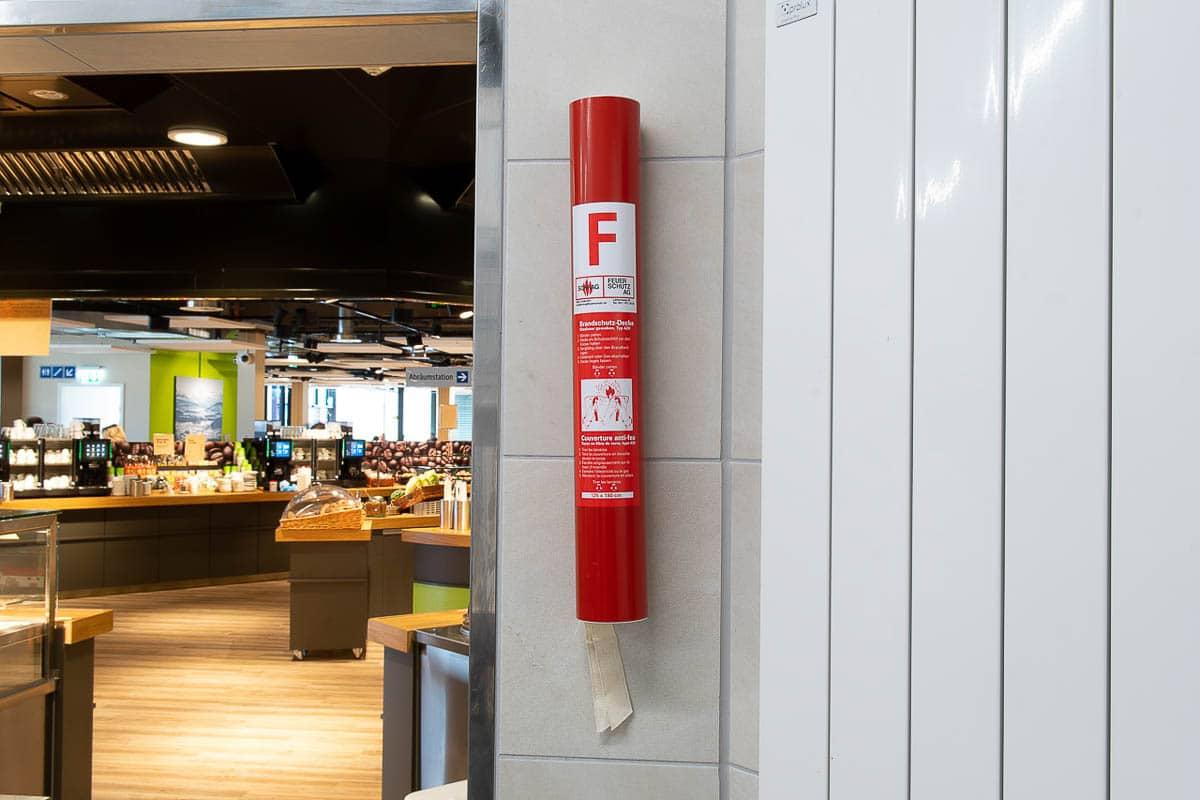Brandschutz Löschdecke an der Wand