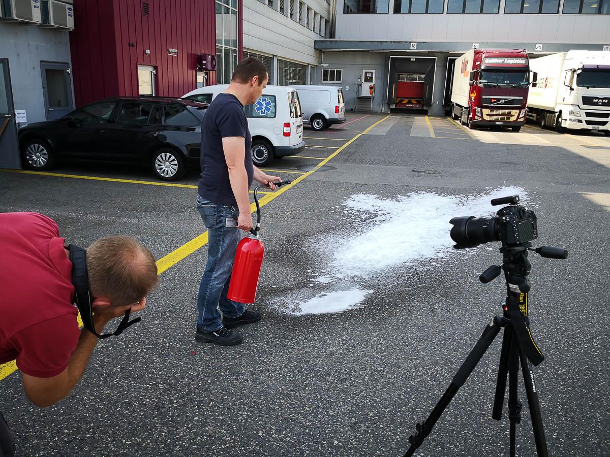 Brandschutz Fotoshooting mit Löschschaum