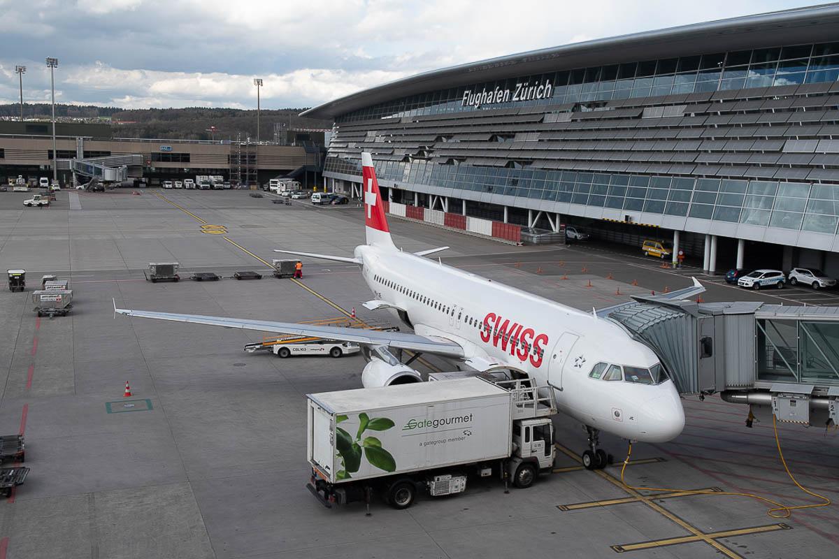 Flughafen Zürich SWISS Flieger auf Vorfeld
