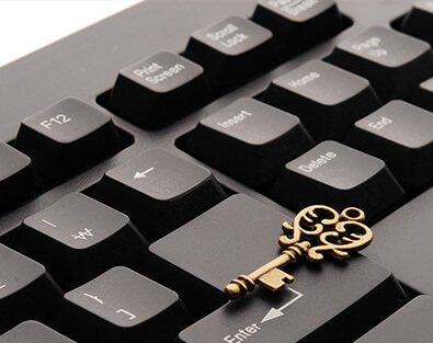Goldener Schlüssel auf Tastatur