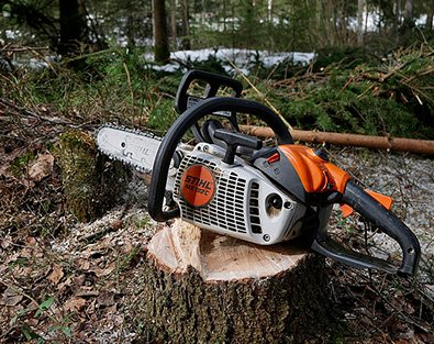 Motorsäge auf Baumstumpf