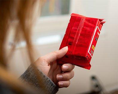 Frau liest Verpackungsinhalte