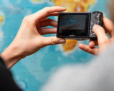 Hand hält Kamera