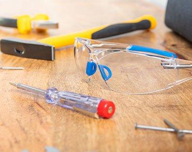 Werkzeug und Schutzausrüstung auf Tisch