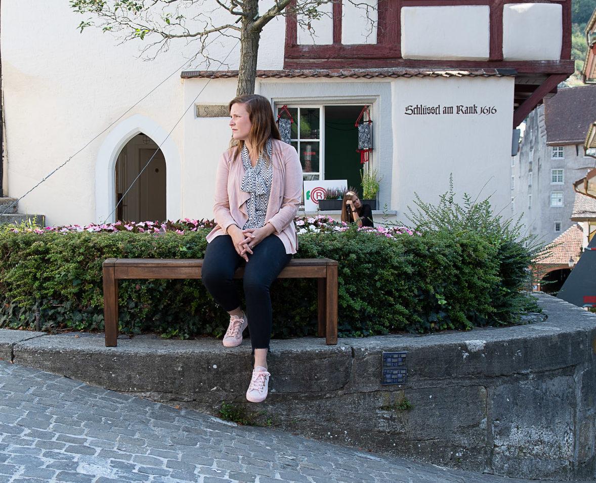 Lisa Waldmeier auf einer Bank sitzend
