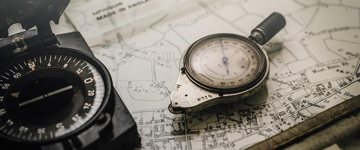 Kompass liegt auf einer Karte