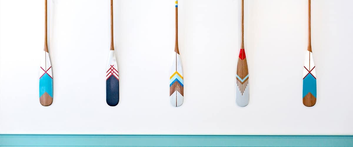 Fünd unterschiedliche Holz Paddel