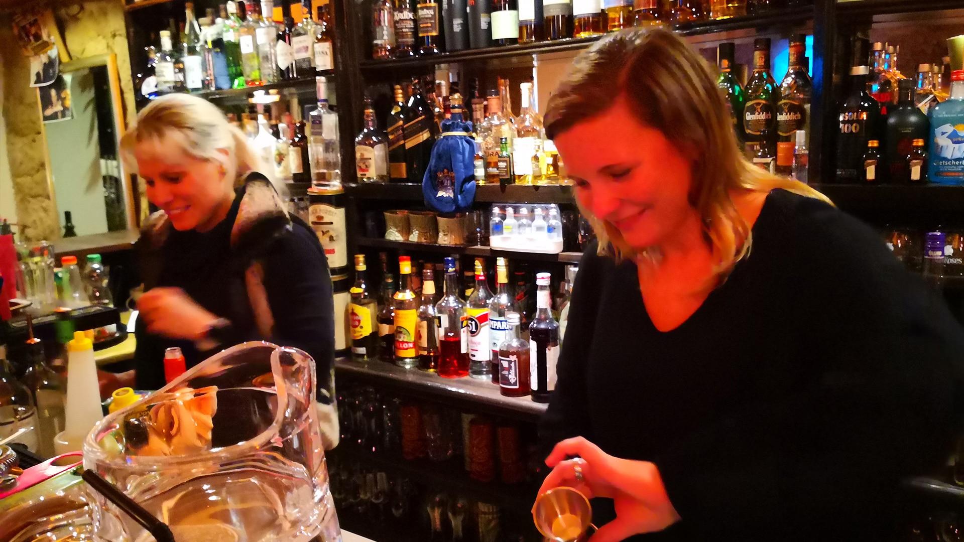 Lisa hinter der Bar